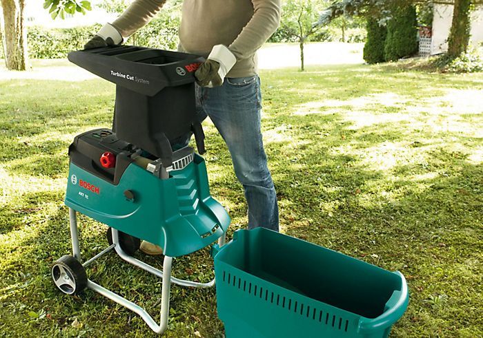 Garden shredder with collection box