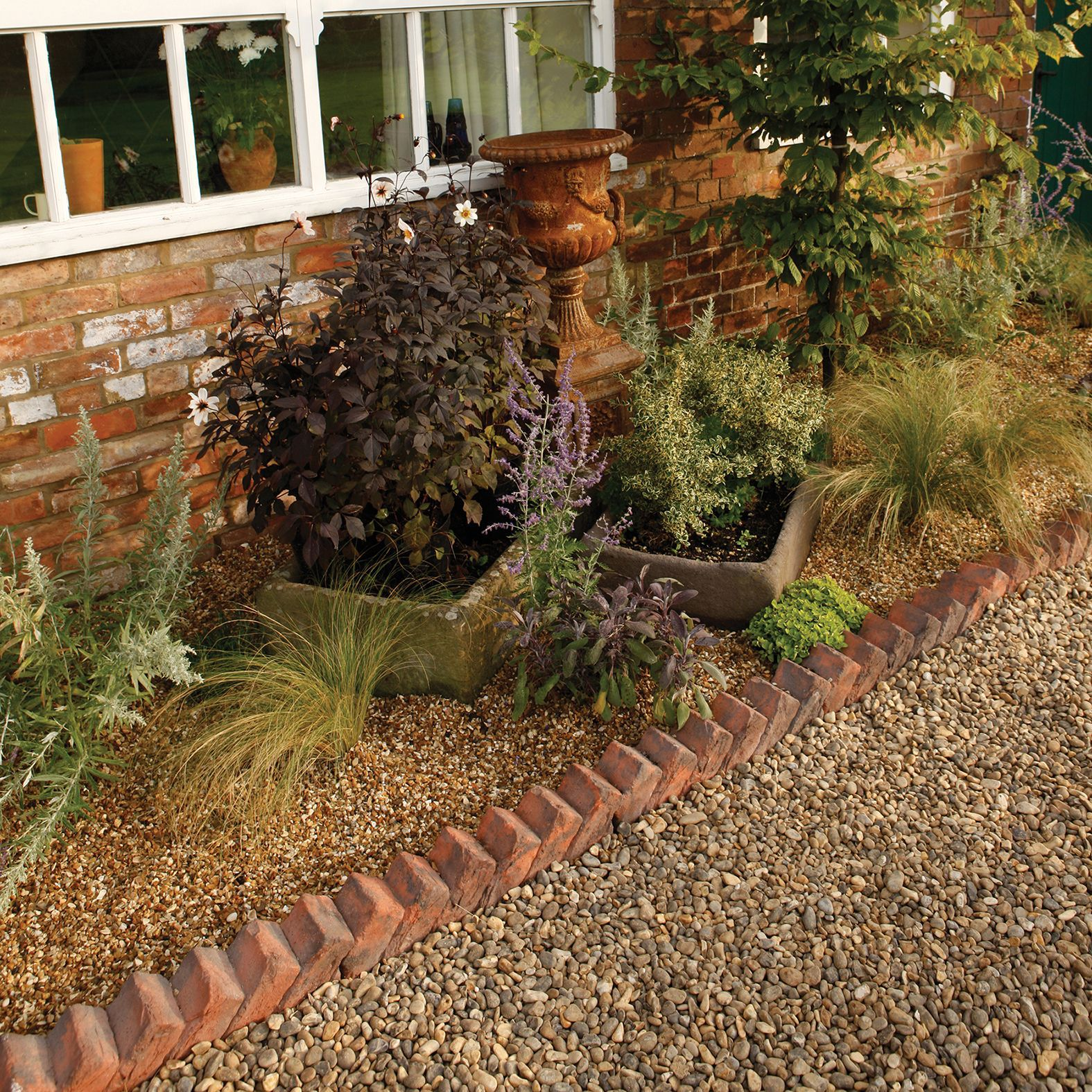 Traditional Sawtooth Paving Edging Brindle Red, (l)550mm (h)140mm (t)100mm