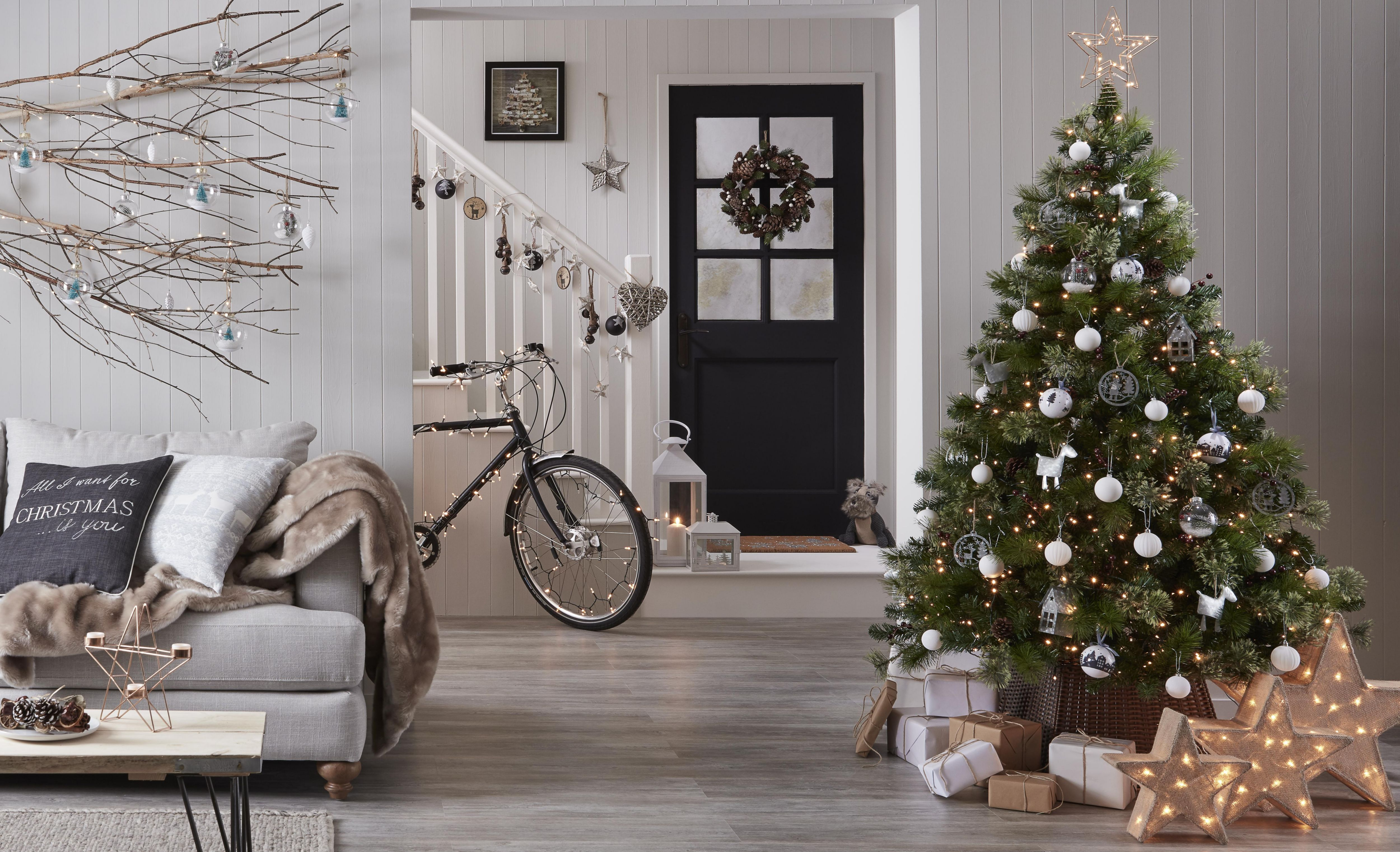 artificial christmas tree buying guide ideas advice diy at b q. Black Bedroom Furniture Sets. Home Design Ideas