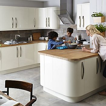 Family in IT Santini Gloss Cream Slab fitted kitchen