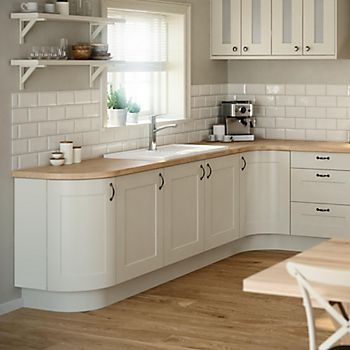 IT Stonefield Stone Classic Style kitchen with cream tiles and wood-effect flooring