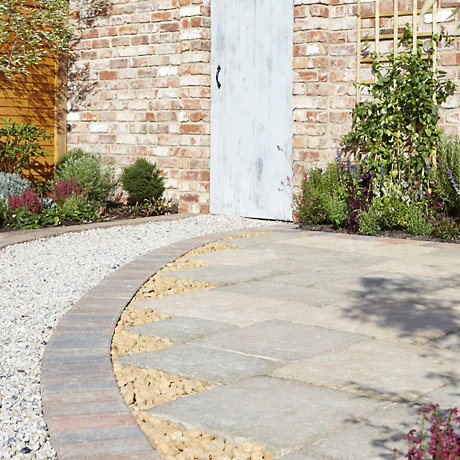 paving in garden with gravel