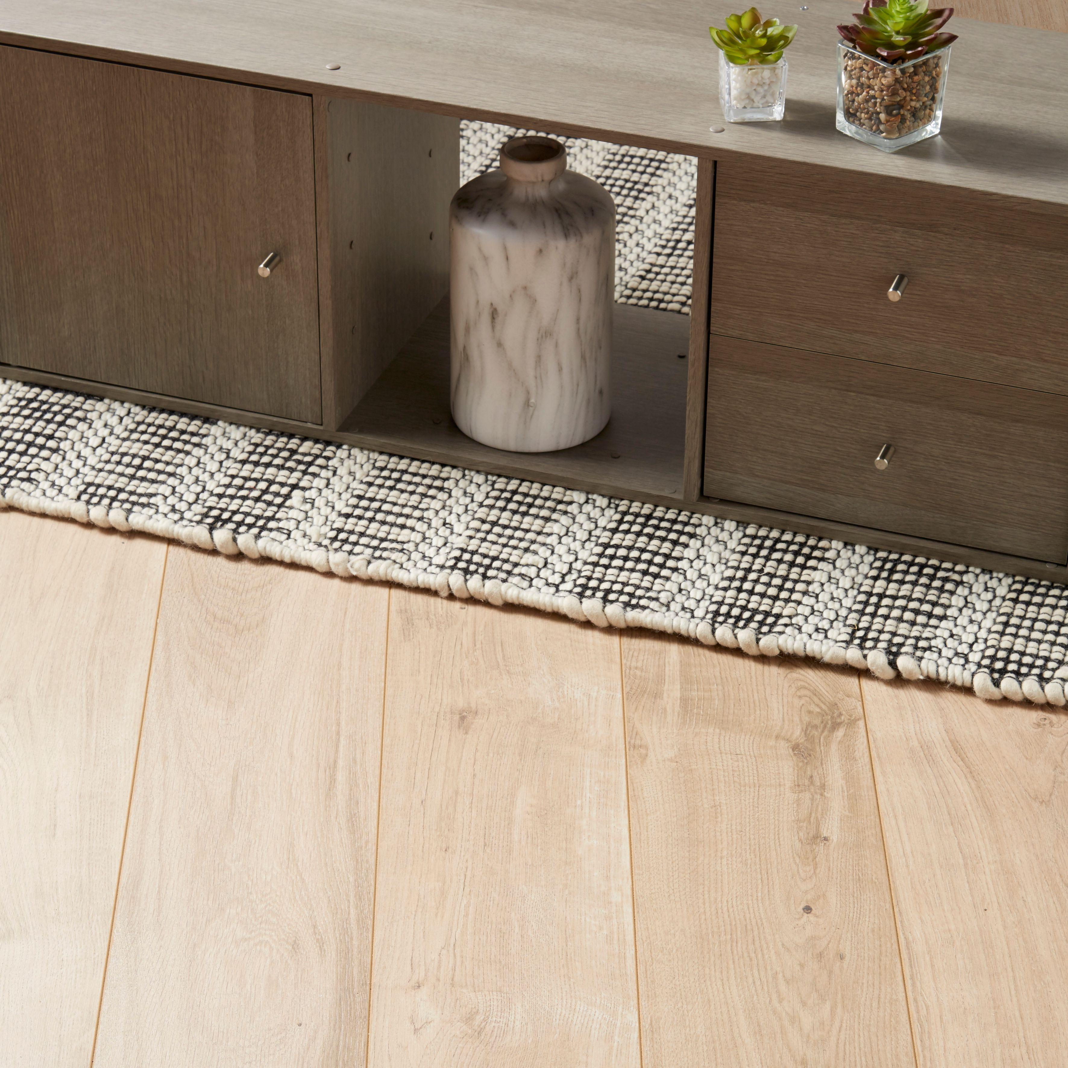 Gladstone Natural Oak effect Laminate flooring sample 1.996