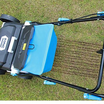 Mac Allister MSRP1800 Raker & Scarifier scarifying the lawn