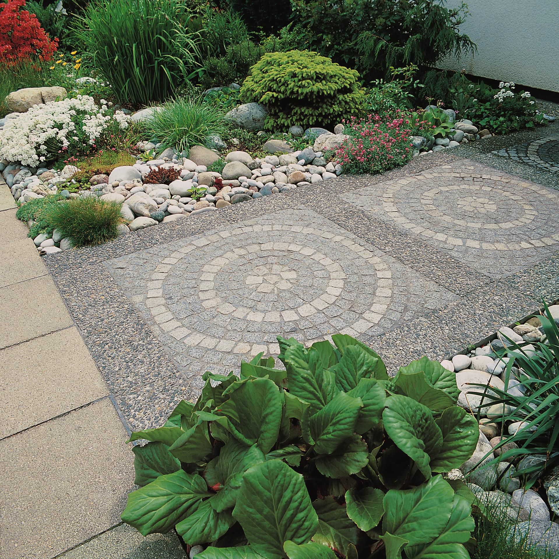 باغ با سنگفرش دایره ای