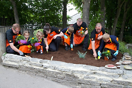 B&Q colleagues helping to plant a school garden